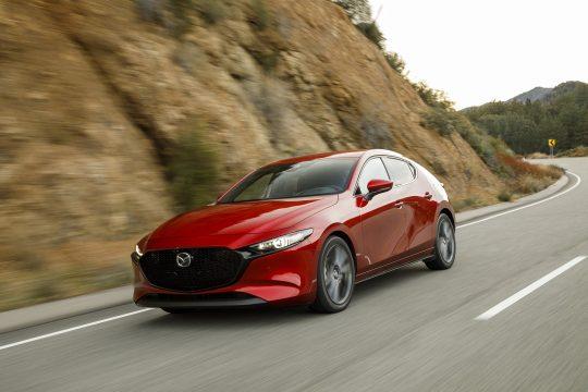Mazda3 à hayon, rouge, sur la route